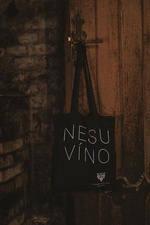 Nesu víno